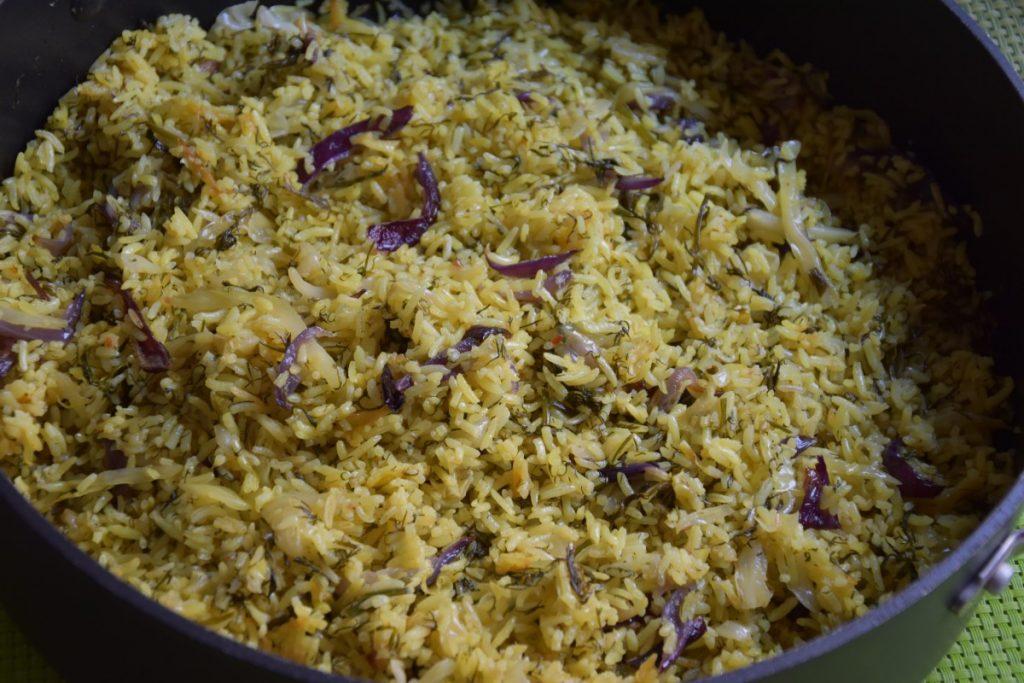 אורז עם כרוב לבן שמיר נענע ובצל סגול