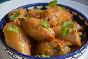 בצל ממולא בפטריות ואורז - מנה צמחית