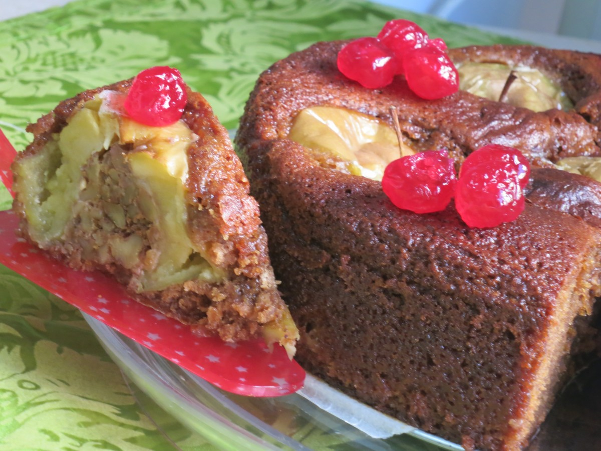 עוגת דבש עם תפוחים ממולאים באוגוזי מלך