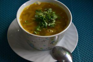 מרק אפונה יבשה עם כרוב גזר כזברה ושום - ליום חורפי