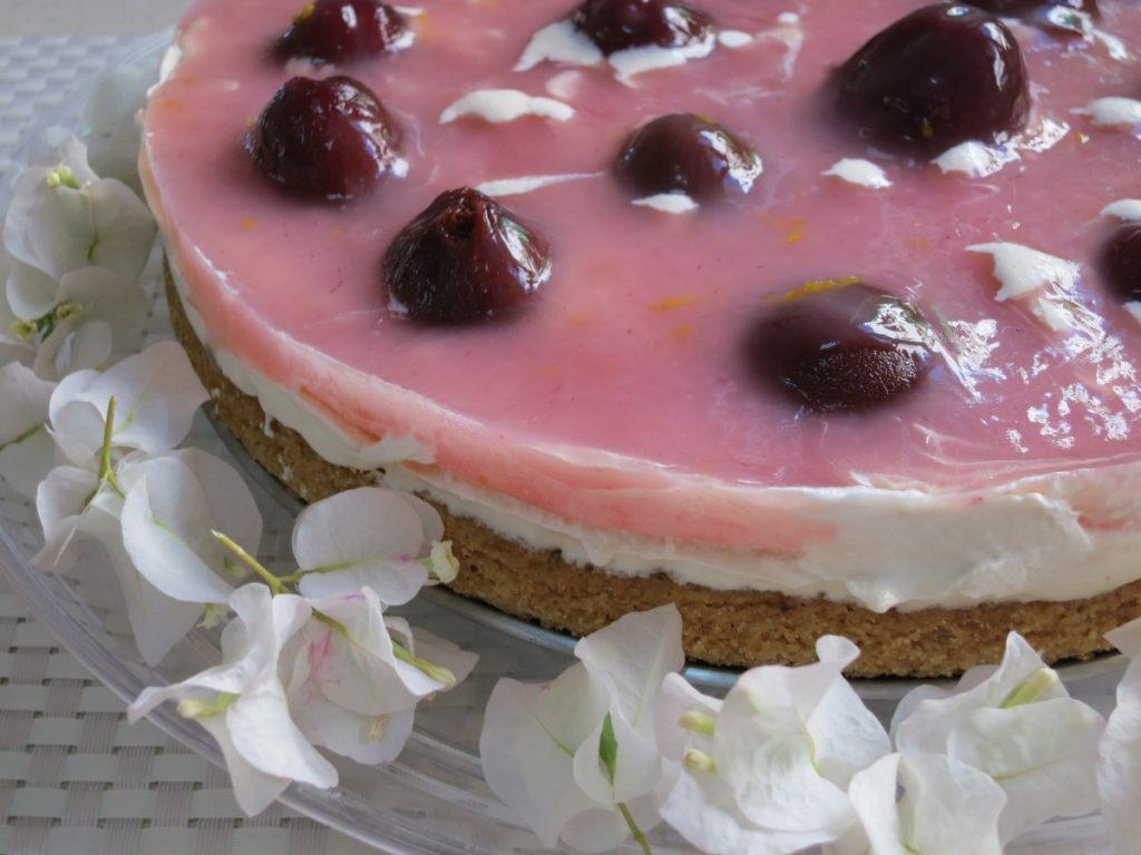 עוגת שזיפי שגיב קרת ותחתית שקדים - פרווה