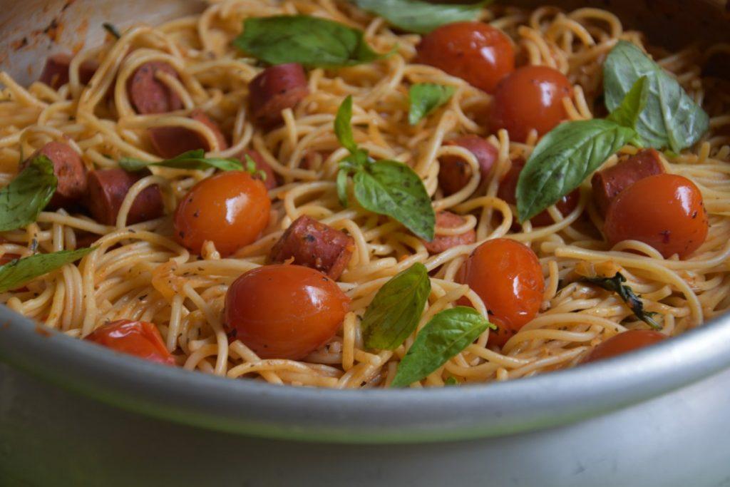 קדירת ספגטי נקניקיות עגבניות שרי - דינה דיש