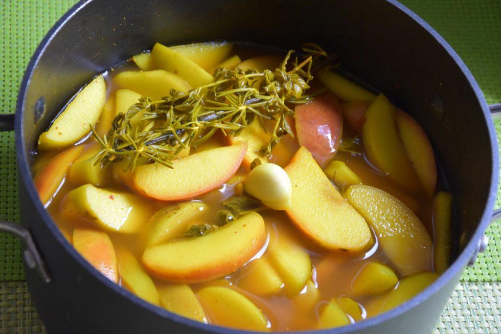 חמוצי תפוחים רוזמרין שום ונענע - דינה דיש