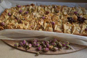 עוגת סול תפוחים שקדים ורדים הל בסירופ דבש - לראש השנה
