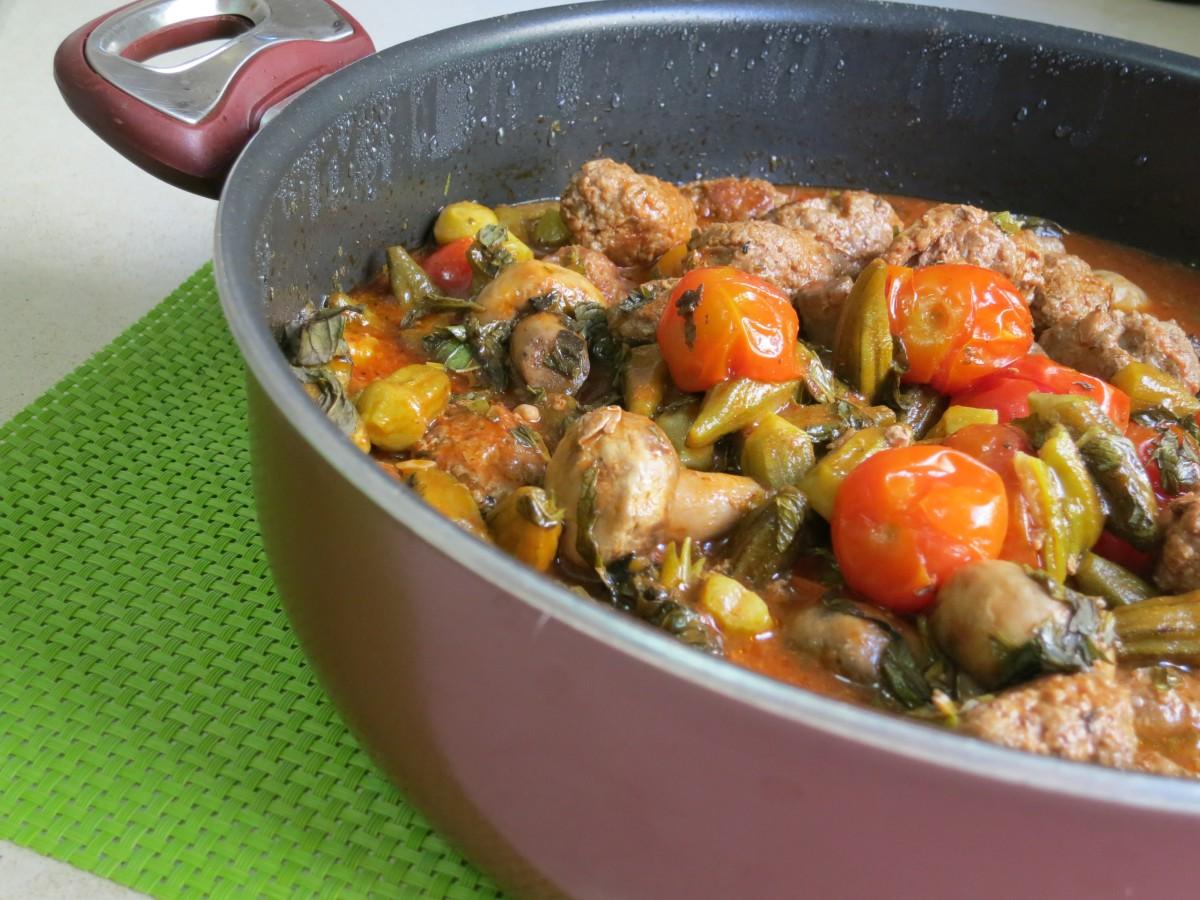 קדירת כופתאות בשר במיה פטריות ועגבניות שרי - דינה דיש